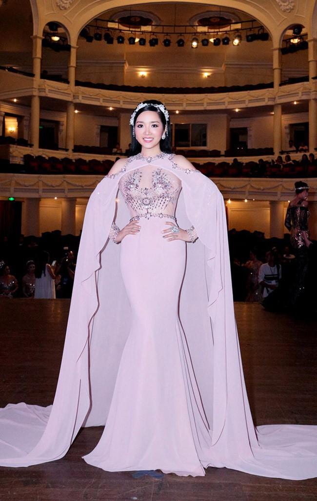 Cùng 1 chiếc đầm: Võ Hoàng Yến và Hương Giang chọn cách mặc kín đáo hơn hẳn Giáng My - Ảnh 5.