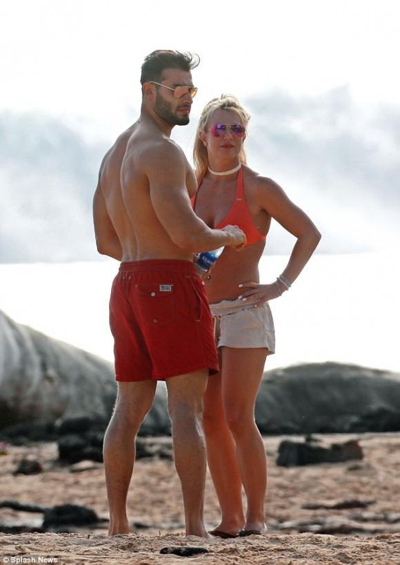 Lộ ảnh đeo nhẫn kim cương, Britney Spears bị đồn đã đính hôn cùng bạn trai kém tuổi  - Ảnh 3.