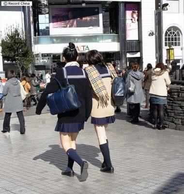 Mặc cho tuyết rơi trắng trời, nữ sinh Nhật Bản vẫn kiên cường diện váy ngắn xinh xắn tới trường - Ảnh 5.