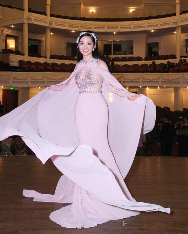 Cùng 1 chiếc đầm: Võ Hoàng Yến và Hương Giang chọn cách mặc kín đáo hơn hẳn Giáng My - Ảnh 6.
