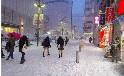 Mặc cho tuyết rơi trắng trời, nữ sinh Nhật Bản vẫn kiên cường diện váy ngắn xinh xắn tới trường - Ảnh 7.