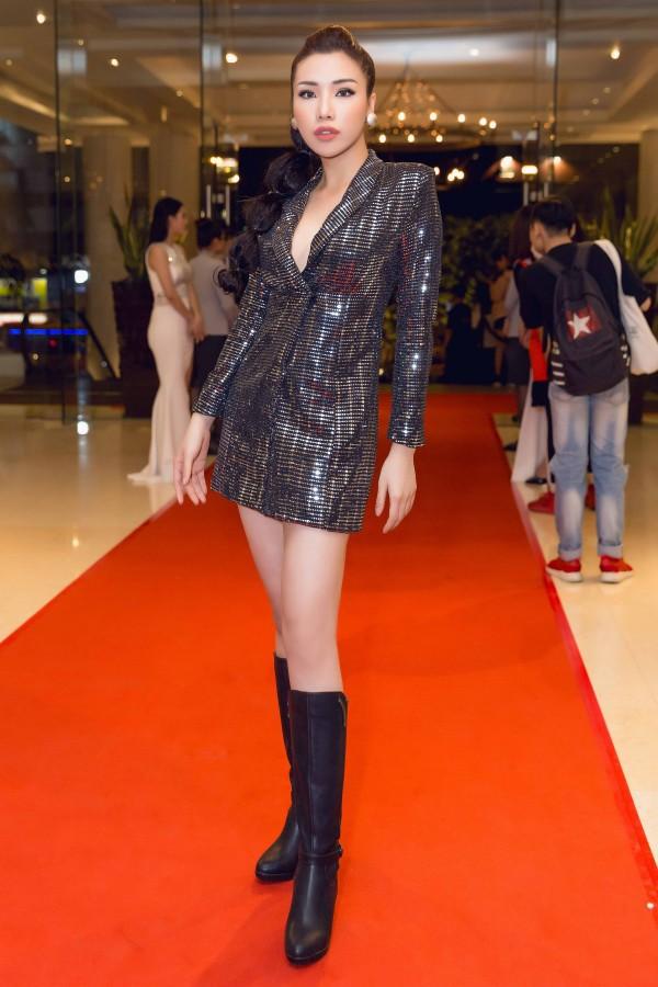 Hoa hậu Kỳ Duyên diện đầm ôm, không ngại khoe vòng 1 khiêm tốn trên thảm đỏ - Ảnh 7.