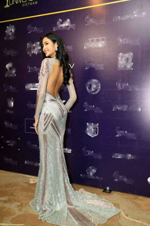 Thanh Mai 'ăn gian' tuổi thành công, lấn lướt Hoàng Thuỳ khi đụng váy xuyên thấu - Ảnh 8.