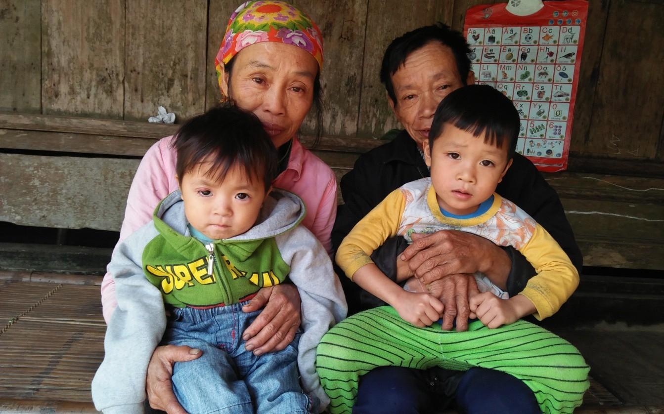 Hơn 100 triệu đồng đến với hai đứa trẻ bị cha mẹ bỏ rơi, hàng ngày nhặt phế liệu kiếm sống