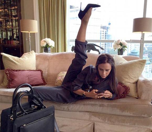 Học từ Victoria Beckham, Minh Tú cũng khoe chân thon dài thẳng tắp theo cách lạ đời - Ảnh 4.