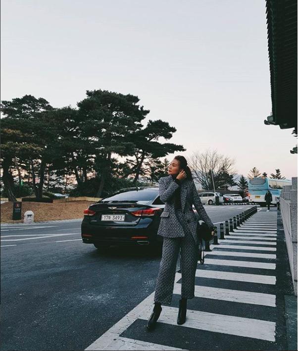 Phạm Hương khoe chân dài bất tận, Kỳ Duyên diện phụ kiện hàng hiệu chất lừ trong street style tuần này - Ảnh 4.