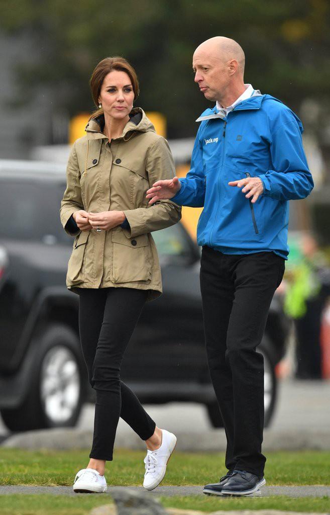 Diện đi diện lại mãi không chán, đây đích thị là những đôi sneaker được Công nương Kate yêu thích nhất - Ảnh 18.