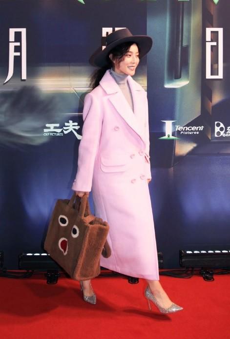 Đẳng cấp của Phạm Băng Băng: diện áo to sụ dài chấm gót, xách túi lông hoạt hình mà vẫn sang chảnh ngút trời - Ảnh 3.