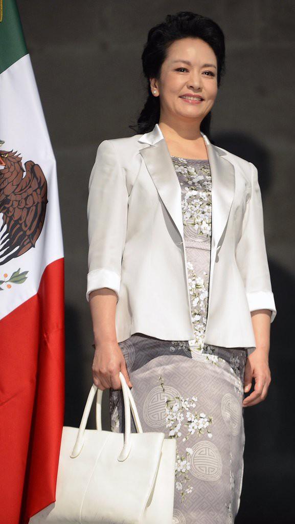 Phong cách thời trang của Phu nhân Trung Hoa cũng tinh tế, thanh lịch chẳng kém bất kỳ nhân vật Hoàng gia nào - Ảnh 7.