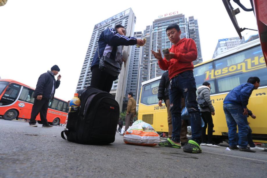 Sau kỳ nghỉ dài, người dân lại ùn ùn kéo về Hà Nội trong ngày đầu năm mới 2019 - Ảnh 7.
