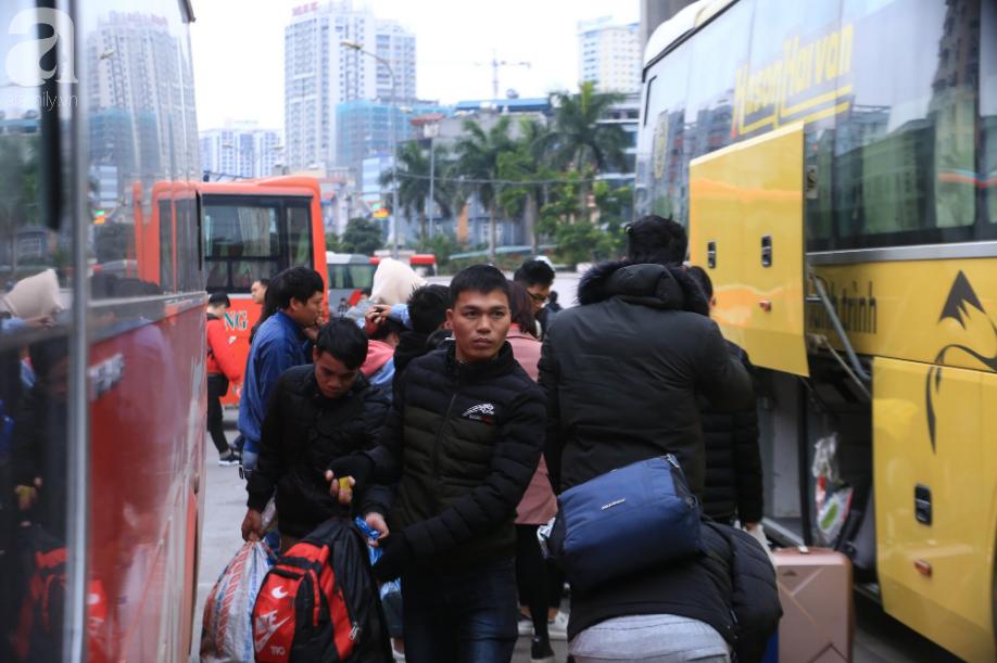 Sau kỳ nghỉ dài, người dân lại ùn ùn kéo về Hà Nội trong ngày đầu năm mới 2019 - Ảnh 2.