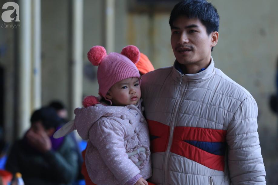 Sau kỳ nghỉ dài, người dân lại ùn ùn kéo về Hà Nội trong ngày đầu năm mới 2019 - Ảnh 8.