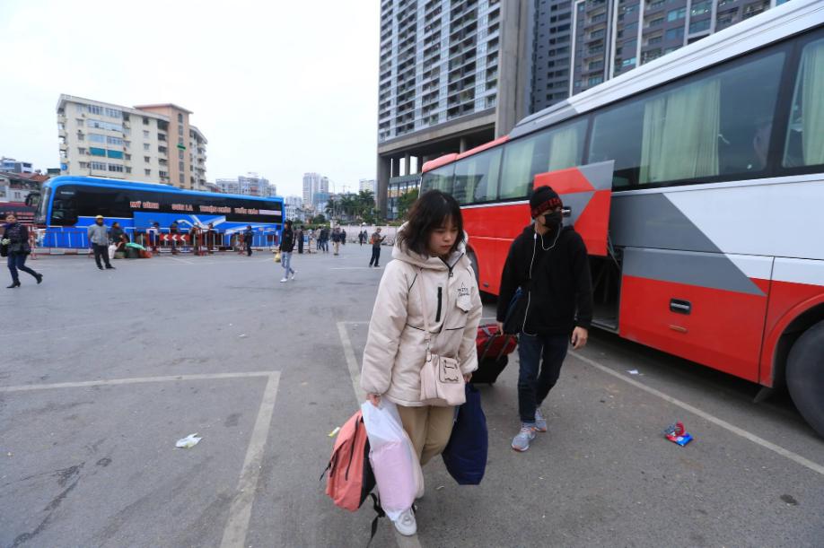 Sau kỳ nghỉ dài, người dân lại ùn ùn kéo về Hà Nội trong ngày đầu năm mới 2019 - Ảnh 3.
