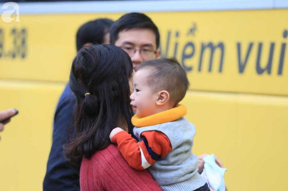 Sau kỳ nghỉ dài, người dân lại ùn ùn kéo về Hà Nội trong ngày đầu năm mới 2019 - Ảnh 9.