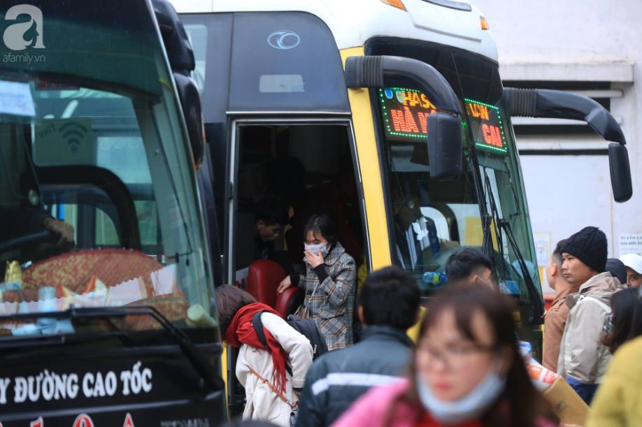 Sau kỳ nghỉ dài, người dân lại ùn ùn kéo về Hà Nội trong ngày đầu năm mới 2019 - Ảnh 4.