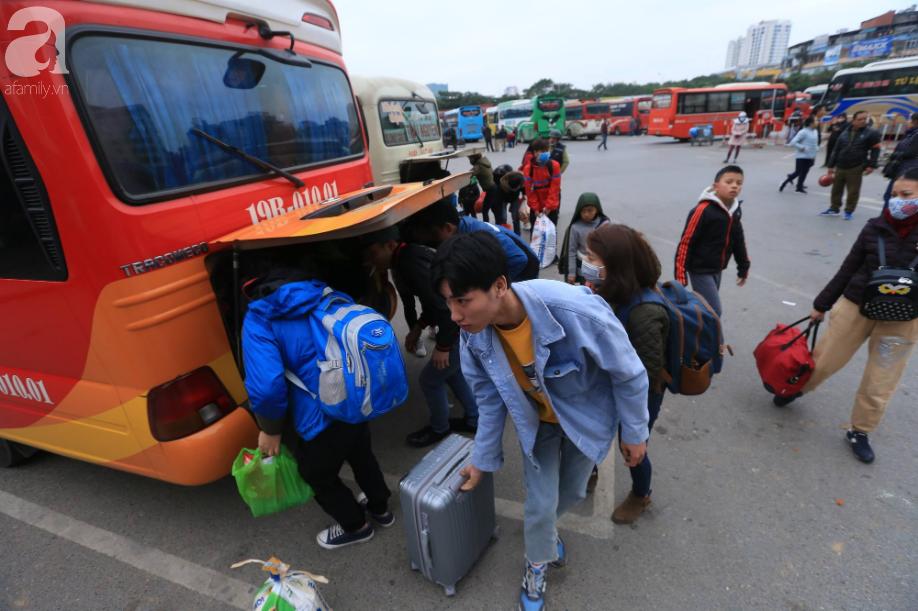 Sau kỳ nghỉ dài, người dân lại ùn ùn kéo về Hà Nội trong ngày đầu năm mới 2019 - Ảnh 5.