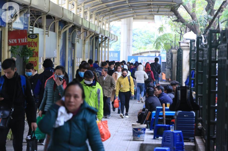 Sau kỳ nghỉ dài, người dân lại ùn ùn kéo về Hà Nội trong ngày đầu năm mới 2019 - Ảnh 11.