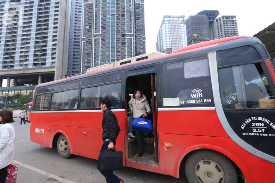 Sau kỳ nghỉ dài, người dân lại ùn ùn kéo về Hà Nội trong ngày đầu năm mới 2019 - Ảnh 6.