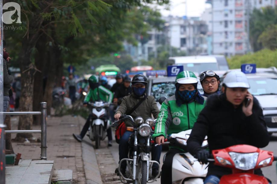 Sau kỳ nghỉ dài, người dân lại ùn ùn kéo về Hà Nội trong ngày đầu năm mới 2019 - Ảnh 1.