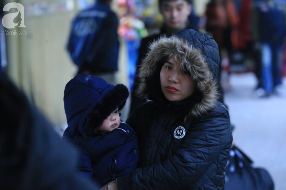 Sau kỳ nghỉ dài, người dân lại ùn ùn kéo về Hà Nội trong ngày đầu năm mới 2019 - Ảnh 13.