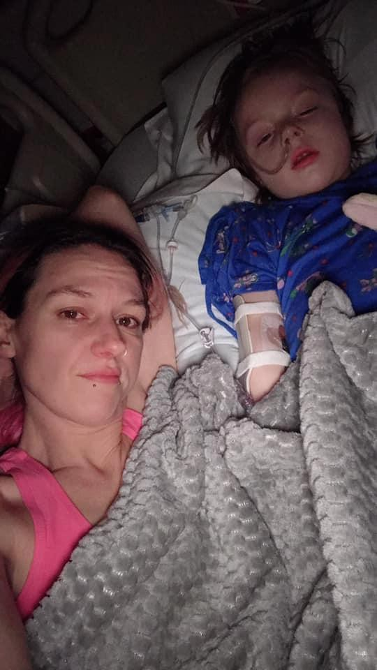 Con 4 tuổi phải cắt bỏ ruột, mẹ hoảng hồn khi biết nguyên nhân là thứ đứa trẻ nào cũng chơi hàng ngày - Ảnh 2.