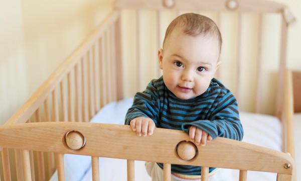 Một số cách đơn giản để tập cho trẻ sơ sinh ngủ một mình trong cũi từ khi mới lọt lòng - Ảnh 2.