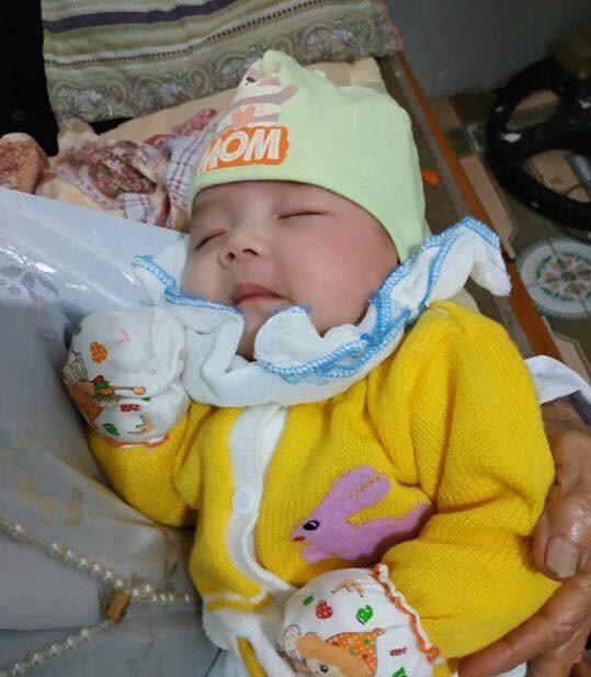 Hà Nam: Bé gái hơn 2 tháng tuổi bị bỏ rơi bên vệ đường lúc chập tối cùng lời nhắn của mẹ - Ảnh 1.
