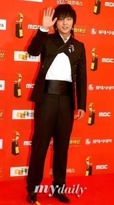 Dân mạng lục lại một thời đen tối của thời trang Hàn Quốc: Bi Rain mặc áo xẻ ngực sâu hơn cả chị em - Ảnh 2.