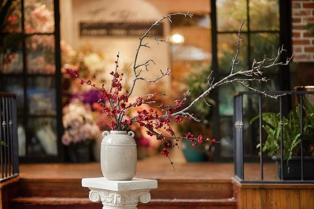Chuyên gia hoa lụa hàng đầu mách bạn trang trí hoa đẹp – ý nghĩa và tiết kiệm đón Tết - Ảnh 1.