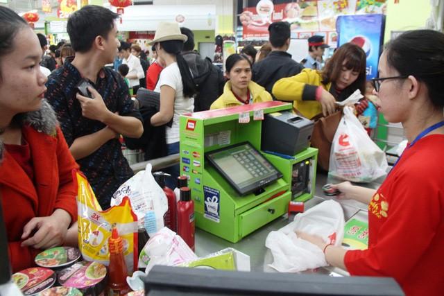 Chen chúc mua, xếp hàng chờ tính tiền, hàng lỗi, nỗi ám ảnh khi mua sắm Tết - Ảnh 2.