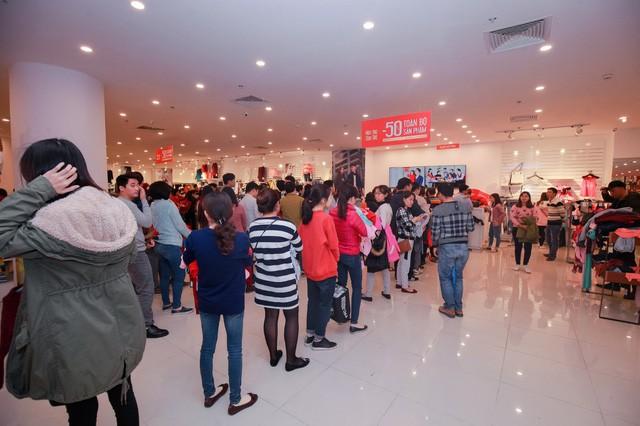 Chen chúc mua, xếp hàng chờ tính tiền, hàng lỗi, nỗi ám ảnh khi mua sắm Tết - Ảnh 3.