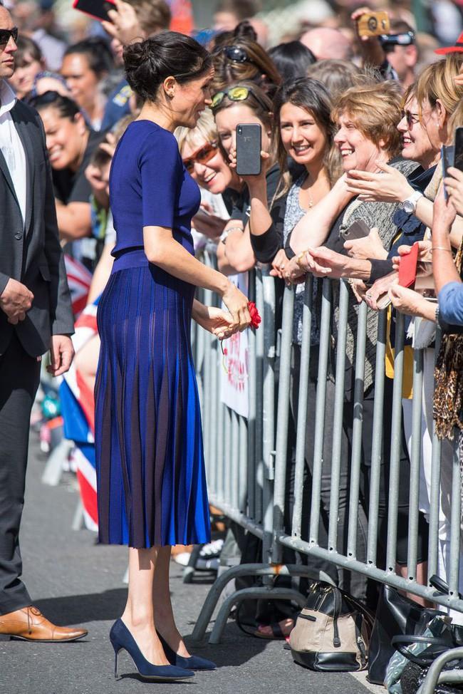 """So kè style bầu bí của Công nương Kate và Meghan: Chị kín đáo khiêm nhường, em bụng to càng """"chẳng ngán"""" diện đồ bó - Ảnh 4."""