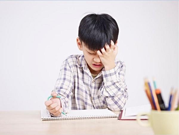 Thấy con có những biểu hiện này cha mẹ càng nên lưu ý vì đó là dấu hiệu con có vấn đề về học tập - Ảnh 2.