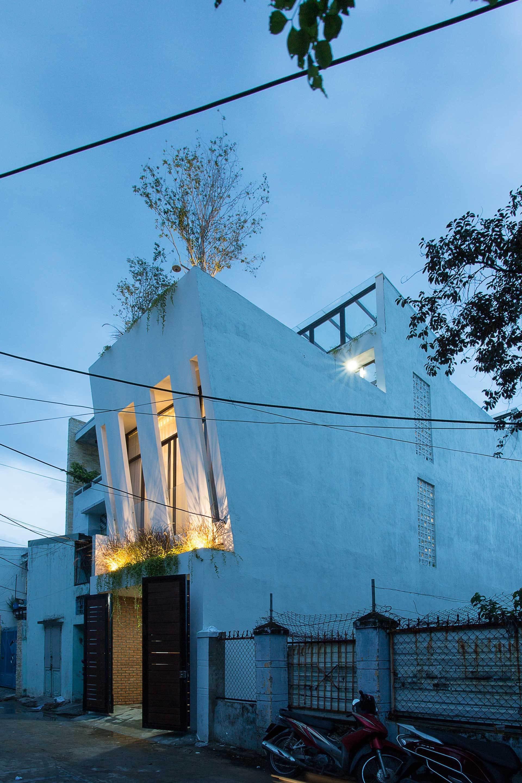 11 1546397412286889445590 - Ngôi nhà sâu đến 25m nhưng vừa xanh vừa thoáng nhờ hệ giếng trời và vườn đứng cực thông minh ở Đà Nẵng
