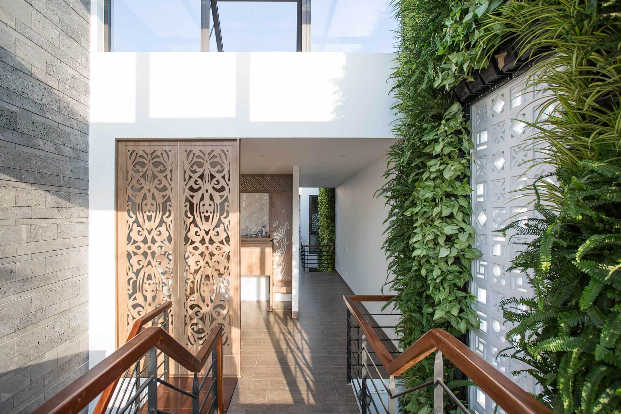 17 1546396268739154373840 - Ngôi nhà sâu đến 25m nhưng vừa xanh vừa thoáng nhờ hệ giếng trời và vườn đứng cực thông minh ở Đà Nẵng