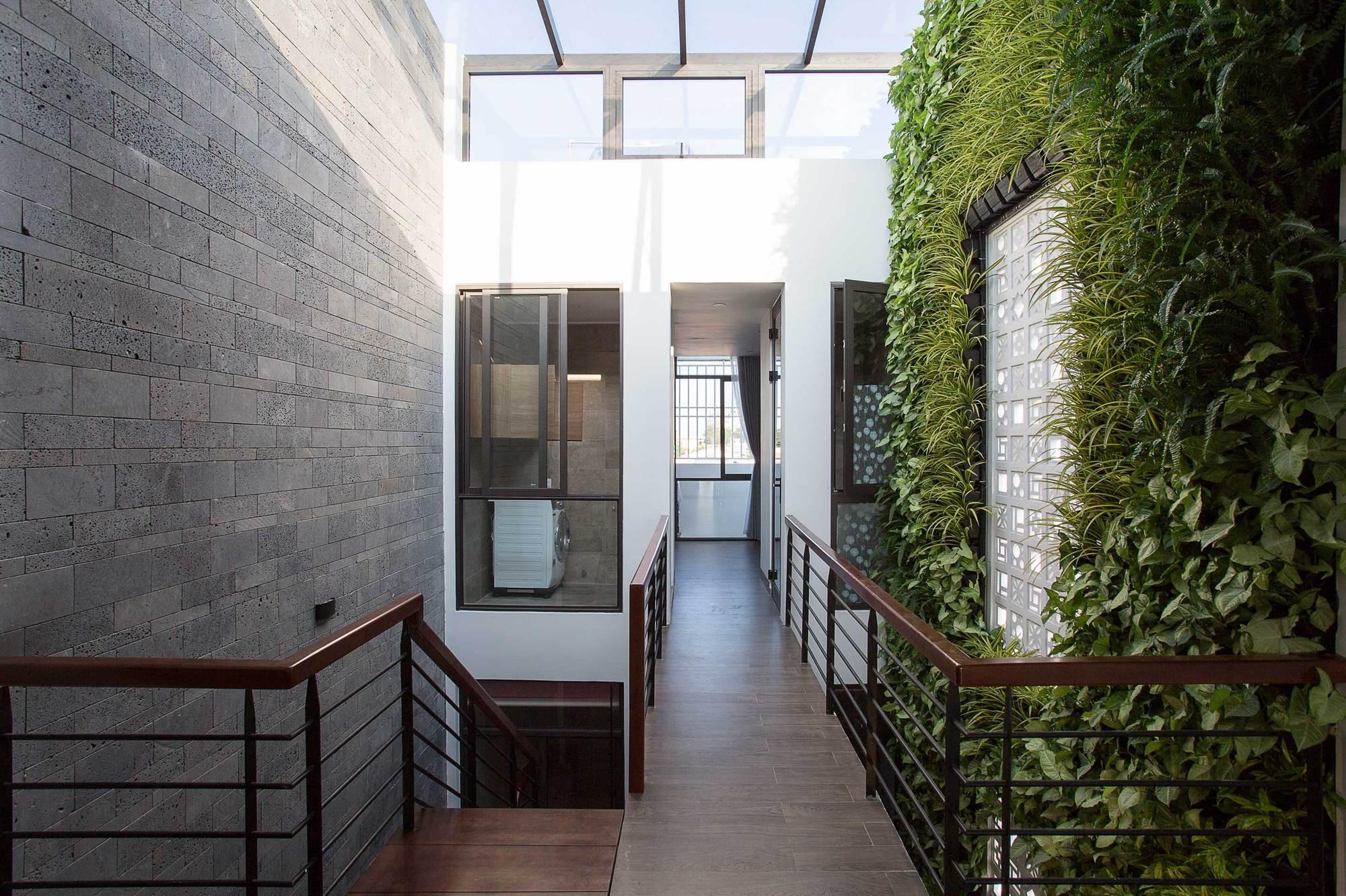 19 15463962687431944714156 - Ngôi nhà sâu đến 25m nhưng vừa xanh vừa thoáng nhờ hệ giếng trời và vườn đứng cực thông minh ở Đà Nẵng