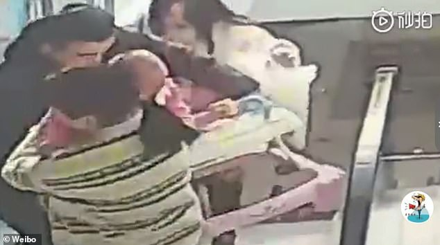 Thót tim cảnh bé 9 tháng tuổi ngã nhào xuống thang cuốn giữa trung tâm thương mại, xung quanh không một bóng người - Ảnh 3.