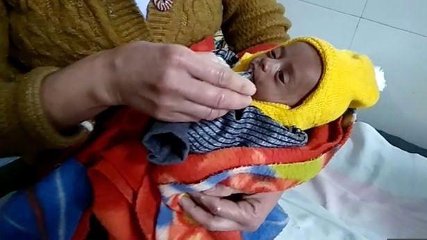 Bé sơ sinh 20 ngày tuổi sống sót kỳ diệu sau 3 tiếng bị mẹ chôn sống, lý do khiến mọi người thêm căm phẫn - Ảnh 3.