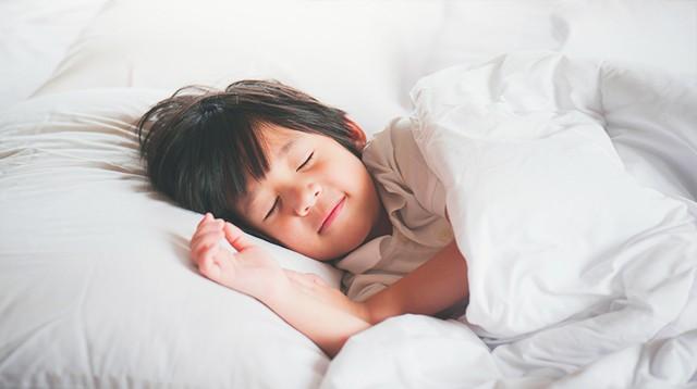 Đây chính là khung giờ chuẩn buổi tối các mẹ nên cho bé đi ngủ để khỏe cả mẹ lẫn con - Ảnh 1.
