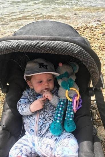 Bôi kem chống nắng cho con 4 tháng tuổi, lúc sau mẹ bàng hoàng khi thấy mặt con đầy vết bỏng vô cùng đau đớn - Ảnh 1.
