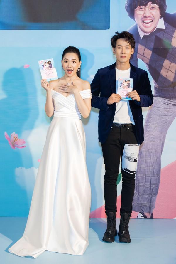 Trong khi Hari Won mặc lại váy cưới của Nhã Phương thì Trấn Thành lại chơi lớn với set đồ gần 1,5 tỷ đồng ở sự kiện - Ảnh 2.
