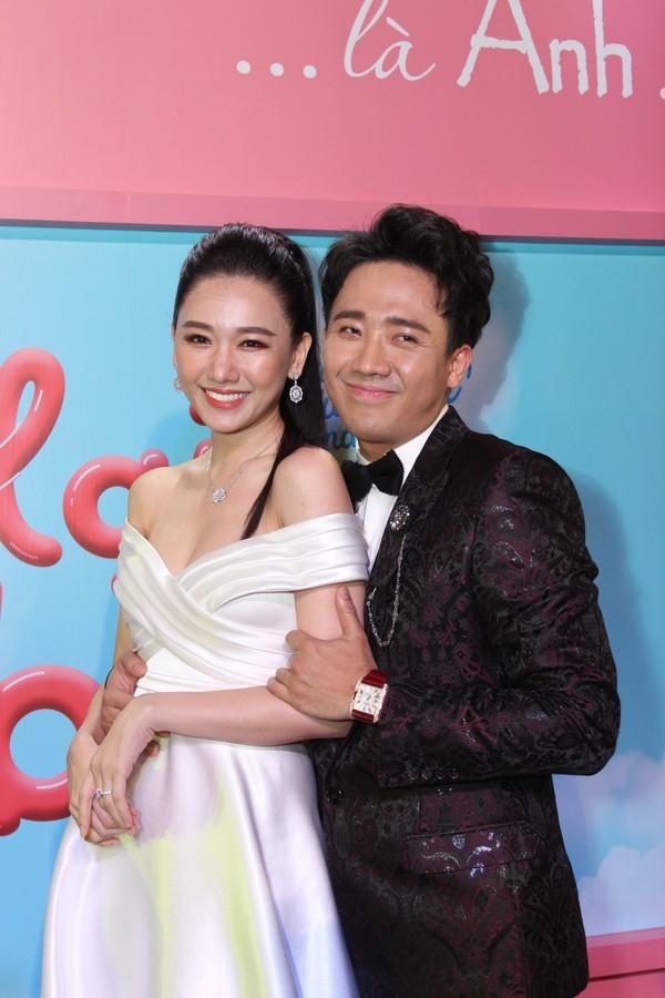 Trong khi Hari Won mặc lại váy cưới của Nhã Phương thì Trấn Thành lại chơi lớn với set đồ gần 1,5 tỷ đồng ở sự kiện - Ảnh 6.