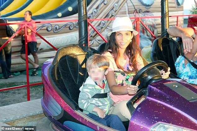 Hot mom nổi tiếng thường xuyên chia sẻ bí quyết nuôi dạy con bị bắt gặp đánh đập tàn nhẫn con trai 6 tuổi - Ảnh 3.