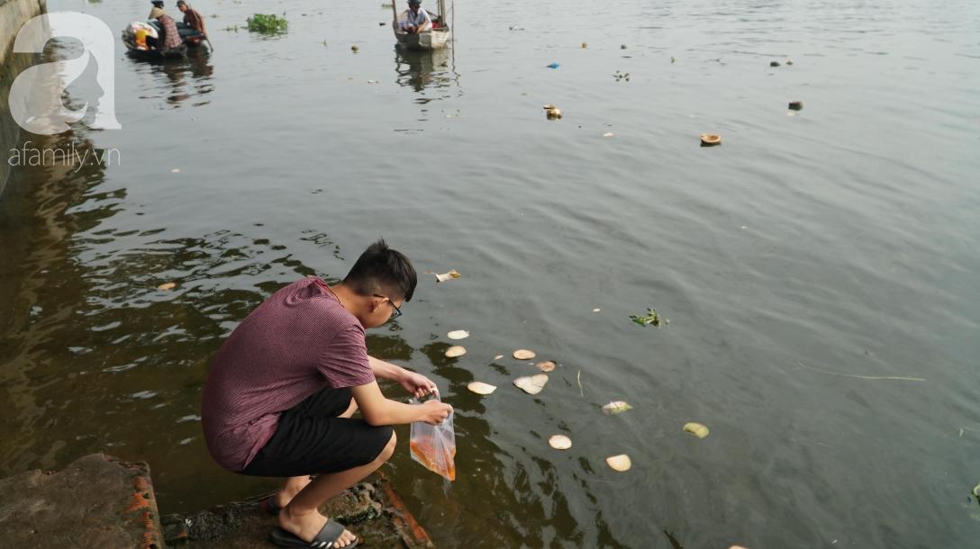 TP.HCM: Cá chép cúng ông Táo vừa thả xuống sông chưa kịp về trời đã bị chích điện, vớt lên bán lại - Ảnh 6.