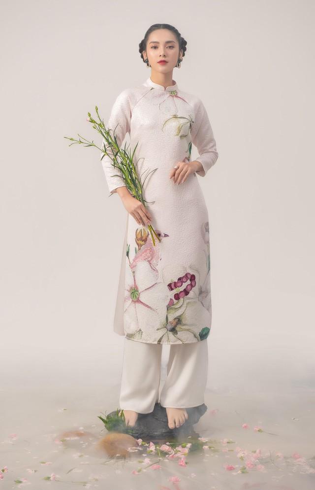Uyển Đình - Khắc họa cánh én trên tà áo dài Xuân 2019 - Ảnh 1.