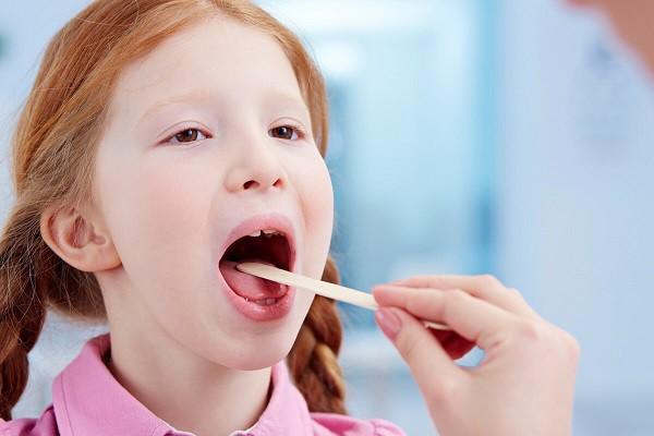 Tự ý bắt bệnh cho con: một trong những lý do khiến viêm amidan ở trẻ thêm nặng - Ảnh 1.