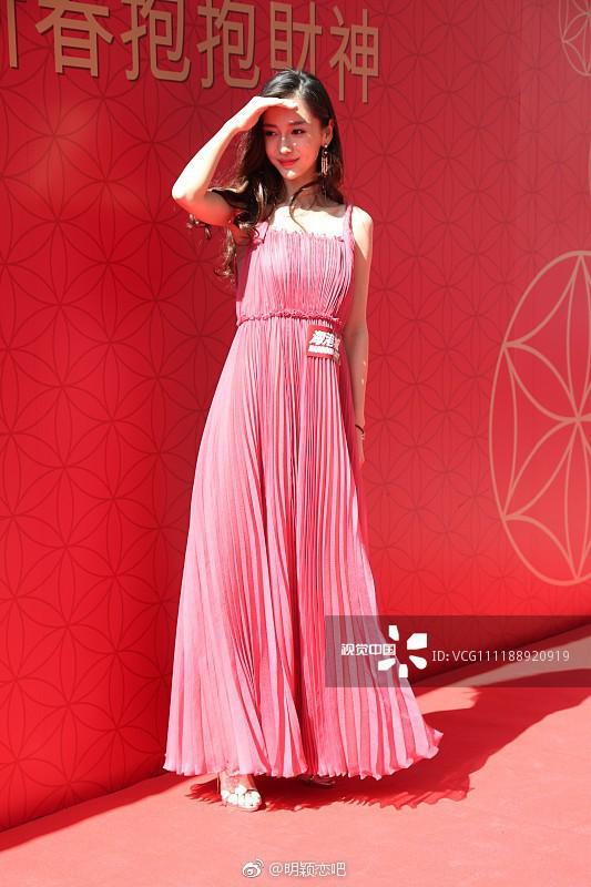 Angela Baby khéo sửa váy để kín đáo mà vẫn đẹp chẳng kém người mẫu của hãng - Ảnh 3.
