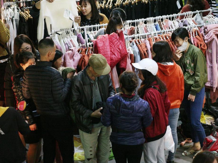 Siêu thị vỉa hè Chùa Bộc tắc nghẽn lúc nửa đêm vì dòng người chen nhau mua sắm - Ảnh 9.