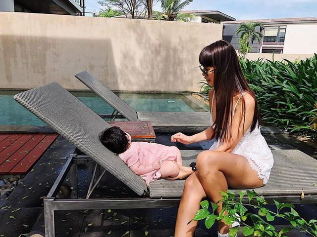 Siêu mẫu Hà Anh bật mí kinh nghiệm nuôi con và chăm sóc làn da nhạy cảm cho bé - Ảnh 1.
