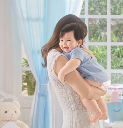 Siêu mẫu Hà Anh bật mí kinh nghiệm nuôi con và chăm sóc làn da nhạy cảm cho bé - Ảnh 3.